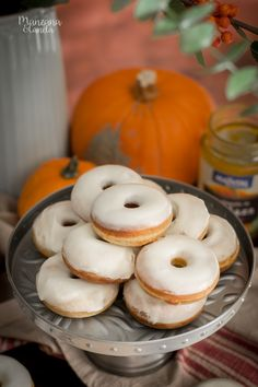 mini pumpkin donuts with cream cheese glaze Mini Donuts, Baked Donuts, Doughnuts, Donut Recipes, Cooking Recipes, Donut Places, Good Food, Yummy Food, Salty Foods
