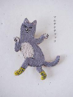 刺繍ブローチ*靴下で踊る猫