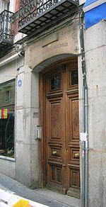 Enrique Jardiel Poncela, escritor y dramaturgo español, nació en Madrid, en el nº 29 de la calle del Arco de Santa María (hoy calle de Augusto Figueroa, perpendicular a Fuencarral).