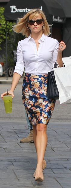 Reese Witherspoon, printed skirt, white shirt, black bag, nude pumps ☑️