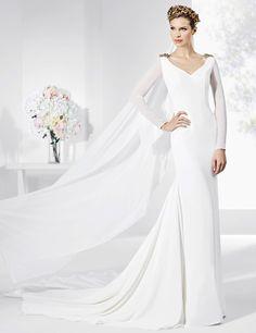 Vestidos de novia en crep natural y satén con galón dorado.