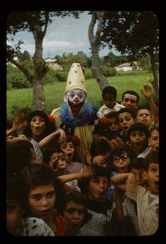los chicos y el payaso. Si le preguntas cuantos les gustaba el payaso, muchos te dirian que estaban asustados.