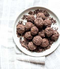 Chocolate Almond Butter Banana Bites with Cacao Crunch - What's Cooking Good Looking --TWJ-- Raw Food Recipes, Sweet Recipes, Dessert Recipes, Vegetarian Recipes, Healthy Recipes, Churros, Cookies, Delicious Desserts, Yummy Food