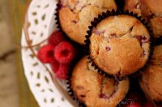 Muffins mit Schokolade und Himbeeren weißer