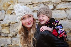 Chunky Pom Pom Beanie {Free Crochet Pattern} Be cozy through the cold in a stretch and adorable crochet pom pom beanie.