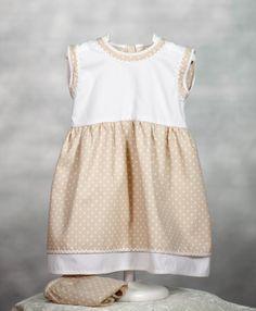 Vestido que combina el blanco y el beige con topos blancos. Simula falda y sobrefalda. Cubrepañal a juego. www.chatitaonline.com