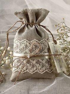 Rustique toile Wedding Favor sac dentelle par Plus Burlap Crafts, Fabric Crafts, Sewing Crafts, Diy And Crafts, Sewing Projects, Rustic Crafts, Burlap Wedding Favors, Wedding Favor Bags, Rustic Wedding