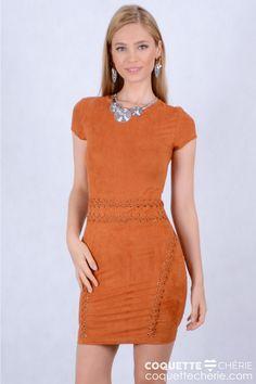 Na wishlist das mais antenadas! O vestido de suede, leve e fino, tem modelagem justinha valorizando a silhueta. O detalhe em ilhós na cintura e no quadril fazem toda a diferença. Arrase nas festas! -- Balada -- Festa -- Jantar