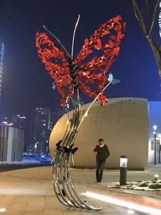Public sculpture by Linda Brunker in Suzhou Center, China. A butterfly made from butterflies. Flower Installation, Artistic Installation, Light Installation, Art En Acier, Art Public, Sculpture Metal, Metal Garden Art, Amazing Street Art, Steel Art