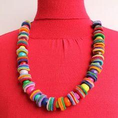 Wat doe je met kleine restjes vilt en een overschotje aan kralen ? Je neemt een muntstuk, de grootte kies je zelf. Je tekent een ... Felt Necklace, Button Necklace, Diy Necklace, Crochet Necklace, Scarf Jewelry, Diy Jewelry, Jewelery, Jewelry Making, Felt Kids