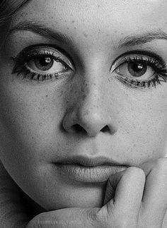 Twiggy dramatic eye makeup, - Eyeshadow Looks - Twiggy Style, Twiggy Model, Dramatic Eye Makeup, Simple Eye Makeup, Dramatic Eyes, Patti Hansen, Estilo Twiggy, Preto Wallpaper, Photo Repair