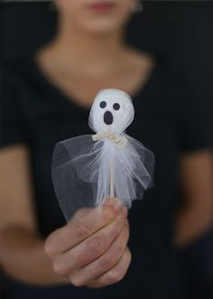 DIY Halloween : DIY Halloween Donut Hold Ghosts (Would be cute with lolipops). I have to say using tulle looks much nicer than tissue. Halloween Donuts, Halloween Infantil, Recetas Halloween, Fröhliches Halloween, Halloween Goodies, Halloween Birthday, Holidays Halloween, Halloween Treats, Halloween Candy Crafts