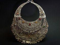 Collar pectoral Kuchi antiguo de plata, filigrana y vidrio