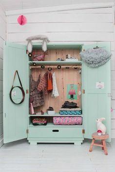 rangement vintage pour chambre d'enfant, armoire repeinte vert d'eau, décoration vintage chambre bébé