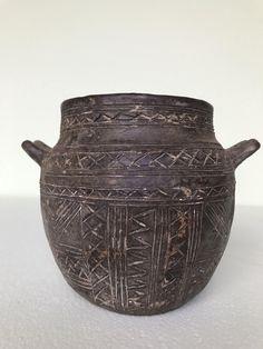 Ceramiche Sardegna preistorica.Clay reproduction of an ancient vase from the cask shape. (Nuragic civilisation, Sardinia)Neolithic ceramic.
