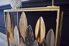 Admirez la beauté et les détails de ses feuilles tropicales. Placez cette console dans votre entrée ou dans votre salon pour servir de support à une jolie lampe. Salon Art Deco, Support, Decoration, Surfboard, Console, Home Improvement, Tropical Leaves, Decorating Tips, Glass Tray