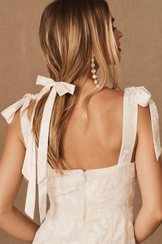 Add a delicate touch to your tresses with this clip-in bow, perfect for creating an effortlessly romantic look.