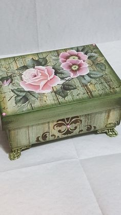 Decoupage Suitcase, Decoupage Furniture, Decoupage Art, Decoupage Vintage, Cigar Box Crafts, Altered Cigar Boxes, Sewing Case, Diy And Crafts, Arts And Crafts