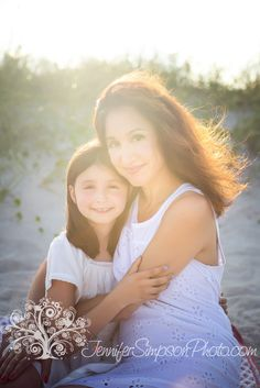 Black and White Beach Photography: Guide Take Better Photos – B & W Photography ltd Father Daughter Tattoos, Mother Daughter Pictures, Mother Photos, Mother Daughters, Daddy Daughter, Mother Son, Beach Girl Photos, Family Beach Pictures, Family Pictures