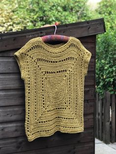 I'm totally in love with this pattern it's so clever and you can use just about any yarn substitute the start I've used Lion Brand H. knitting and crochet Granny square tee Point Granny Au Crochet, Débardeurs Au Crochet, Poncho Au Crochet, Pull Crochet, Mode Crochet, Granny Square Crochet Pattern, Crochet Woman, Crochet Blouse, Men's Knits