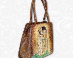 Ručne maľovaná kabelka s exkluzívnym motívom.Existuje len jeden kus. Každý jeden kus ručne maľovaných výrobkov je umelecké dielo. Leather Backpack, Backpacks, Bags, Fashion, Handbags, Moda, Leather Backpacks, Fashion Styles, Backpack