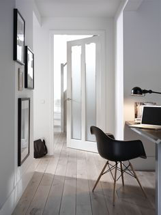 Moderne Binnendeur met mat glas Moderne Binnendeur met mat glas The post Moderne Binnendeur met mat glas appeared first on Glas ideen. Black Eames Chair, Black And White Interior, Contemporary Interior Design, Interior Inspiration, Interior Architecture, Living Spaces, Work Spaces, Home Accessories, Home Furniture