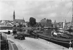 Groningen<br />De stad Groningen: De Winschoterkade gezien vanaf de Oosterhaven met zicht op tabaksfabriek GRUNO en de Jozefkerk. 1930