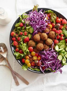 Loaded Falafel Salad with a tahini dressing is the most delicious salad with a bit of Lebanese flair! Hands down the best falafel recipe ever. Healthy Salad Recipes, Vegetarian Recipes, Cooking Recipes, Vegetarian Chili, Best Falafel Recipe, Falafel Salad, Baked Falafel, Whats Gaby Cooking, Legumes Recipe