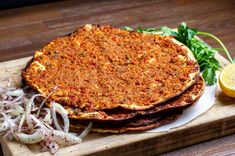 Lahmacun Recipe, the indispensable food of Turkish food culture.How to make lEasy lahmacun recipe at home? Turkish Pastry Recipe, Turkish Recipes, Ethnic Recipes, Love Food, A Food, Food And Drink, Pita Recipes, Wie Macht Man, Iftar