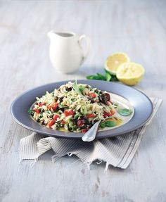 Μπορεί το γιουβέτσι να είναι η πιο συνηθισμένη συνταγή με κριθαράκι, αλλά η γνωστή και ως μανέστρα γίνεται και μια υπέροχη σαλάτα ζυμαρικών.