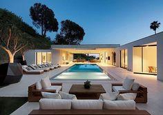 Projeto feito por DIJ Group Loca Beverly Hills, Moderne Pools, Design Exterior, Modern Backyard, Backyard Landscaping, Landscaping Ideas, Asian Home Decor, Indoor Outdoor Living, Outdoor Lounge