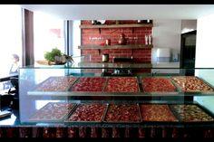 """A Pizzaria do Bairro inaugurou em 2013 e trouxe à cidade de Lisboa, um conceito original de pizzas que une a gastronomia italiana com os sabores tipicamente portugueses. """"Pizza al taglio"""" ou """"pizza al"""