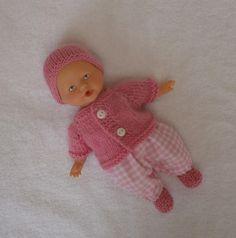 Pour mini poupon (20 cm) : ensemble pantalon vichy, gilet, bonnet et chaussons roses. MCL Poupées