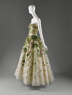 Mayo, vestido cubierto de hierbas, flores y tréboles en hilo de seda sobre organdí. Christian Dior, primavera/verano de 1953. © The Metropolitan Museum of Art. Nueva York.