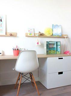 Bureau enfant // Kids room with ikea storage .réalisation Peek It Magazine Ikea Stuva, Childrens Desk, Ikea Desk, Ikea Drawers, White Drawers, Kids Study, Girl Room, Girl Desk, Ideas Decoración