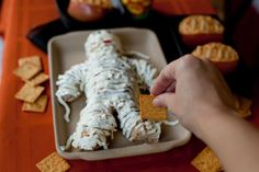 A fun and easy cheese mummy that's great for a Halloween potluck appetizer. Entree Halloween, Fete Halloween, Halloween Appetizers, Halloween Food For Party, Appetizers For Party, Halloween Treats, Appetizer Recipes, Halloween Foods, Halloween 2013