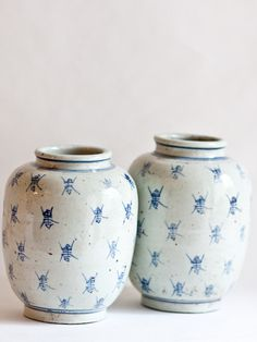 bee vase    http://www.taigan.com/shops/andgeorge/items/26340-bees-blue-and-white-vase-mid-19th-c