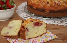 La ciambella alla ricotta è un dolce soffice e delicato, senza burro, decorata con fragole e mandorle, che la rendono fresca e croccante.