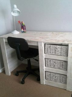 Pallet Desk with Basket Storage Compartments - 20 Best Pallet Ideas to DIY Your Own Pallet Furniture - DIY & Crafts (Diy Furniture Projects) Pallet Furniture Desk, Pallet Desk, Wooden Pallet Projects, Plywood Furniture, Repurposed Furniture, Furniture Projects, Furniture Plans, Cool Furniture, Furniture Design