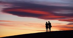 Casal observa o pôr do sol no parque nacional de Death Valley, localizado entre a Califórnia e Nevada nos Estados Unidos