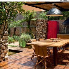 A área gourmet de um jardim pode ter cobertura de vidro e, para criar sombra, réguas de bambu debaixo dela. Quem sugere esta solução é a arquiteta Flávia Petrossi.