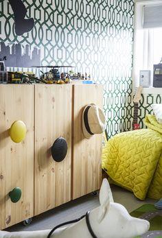 Un mobile di legno con maniglie colorate - IKEA
