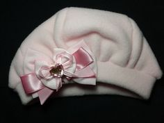 Linda Boina Bebê para uma princesa!!!!    Na cor rosa em tecido quentinho para o inverno... Com laço, aplicação de fitas e pedra decorativa.    Simplesmente um Luxo!!! Muito graciosa !!!!    Pode ser usada em bebês, crianças, jovens e adultos...  Disponível também conjunto Tal Mãe-Tal Filha.  *** Com possibilidade de alterar o laço!!! ***    Entre em contato com Vendedor para verificar disponibilidade de cores e tamanhos.    Disponíveis nos TAMANHOS:  P - M - G - GG R$ 36,90