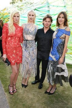 Lara Stone, Poppy Delevingne, Christopher Kane en Alexa Chung at the Sepertine Summer Party. Click on the image to read more.