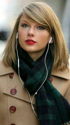 The Characteristics of Taylor Swift Hair If your hair is superlong, you may also start layers beneath the chin. Taylor Swift's hair has changed a good deal throughout recent years. Taylor Swift Hot, Estilo Taylor Swift, Taylor Swift Style, Taylor Swift Hair Color, Taylor Swift Makeup, Swift 3, Hairstyles With Bangs, Trendy Hairstyles, Different Blond