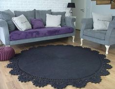 The round crochet rug is a versatile craft that you can make to decorate your home or even to sell and complement your income. Irish Crochet Patterns, Crochet Borders, Crochet Designs, Crochet Home, Diy Crochet, Crochet T Shirts, Round Rugs, Handmade Rugs, Decorating Your Home