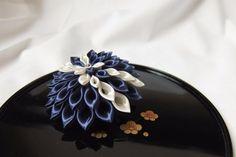 Two line flower brooch.