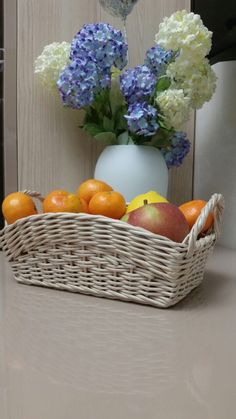 Лариса Тимошенко Newspaper Basket, Newspaper Crafts, Basket Weaving, Diy Paper, Paper Art, Decendants, Kitchen Baskets, Papercrete, Decorative Bowls
