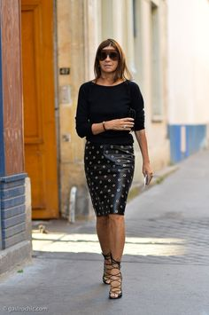 How to rock a pencil skirt: Carine Roitfeld at Comme des Garcons Party Fashion, Fashion Photo, Girl Fashion, Leather Midi Skirt, Black Leather Skirts, Elegantes Outfit Frau, Carine Roitfeld, Easy Wear, Work Attire