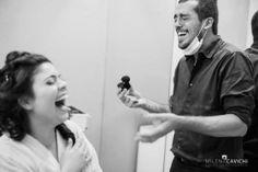 Noiva alegre! www.guianoivaonline.com.br  #guianoiva #noiva #casamento #descontacao #alegria #happiness Assessoria e Cerimonial: Yonezawa Eventos   Decoração: Makoto   Fotografia: Equipe de Fotografia Milena Cavichi   Buffet: Artesanal Eventos   DJ: F3 Entretenimento   Filmagem: Marcelo Navarro Filmes